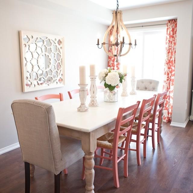 Эта небольшая столовая кажется очень легкой за счет минимума декора, светлого цвета стульев, резного зеркала и ненавязчивого узора штор.