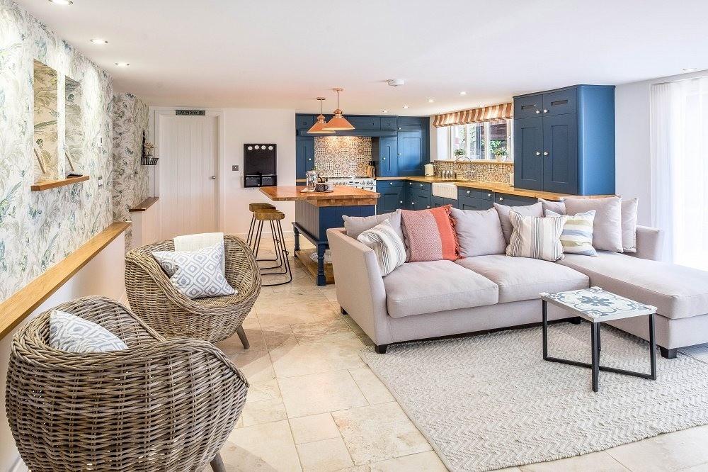 Коралловый в этом проекте дома в Дорсете в Англии использован совсем дозировано: мы видим одну декоративную подушку, люстры над обеденной зоной и небольшие шторы на окнах. Глубокий синий...