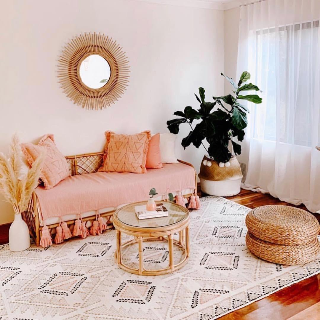 Бюджетный и безболезненный вариант добавления цвета года в интерьер: однотонный плед с кисточками и подушки с легким узором, повторяющим орнамент на ковре.