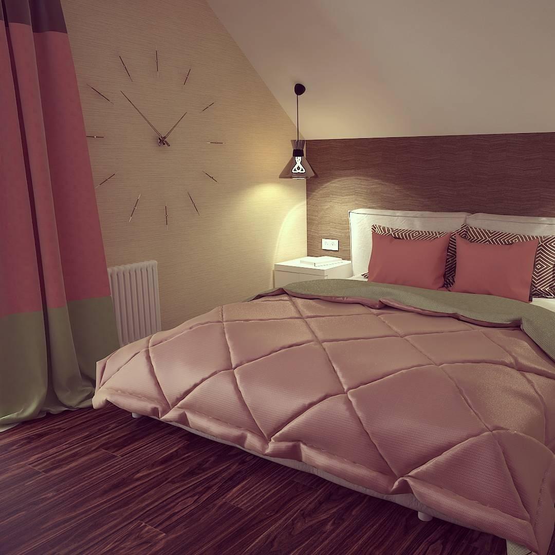К оформлению этой спальни нечего добавить, но и убавить ничего нельзя: три цвета — бежевый, коричневый оттенок дерева и розово-коралловый отлично гармонируют между собой, а часы на стене...
