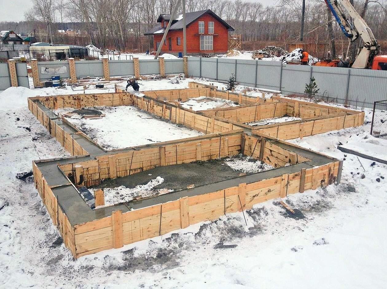Дополнительный плюс строительства в холодное время года—это минимальные повреждения участка и отсутствие грязи