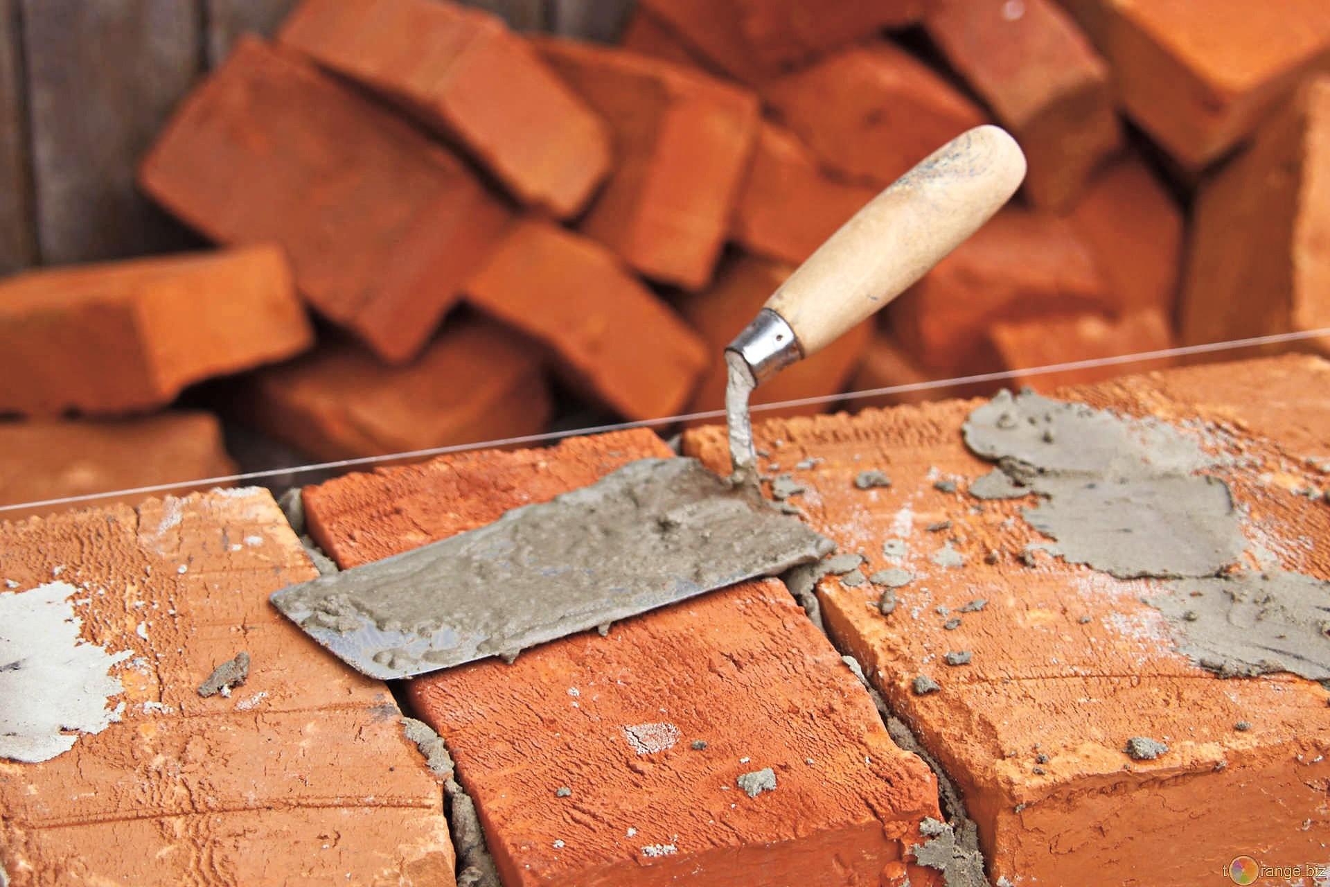 Чтобы кладка кирпича зимой была успешной, каменщикам доставляют тёплый раствор, используя специальные контейнеры. Они способны поддерживать необходимую температуру раствора
