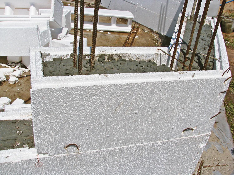 Термоблоки защищают бетон от быстрой потери тепла, которое необходимо для равномерного застывания фундамента