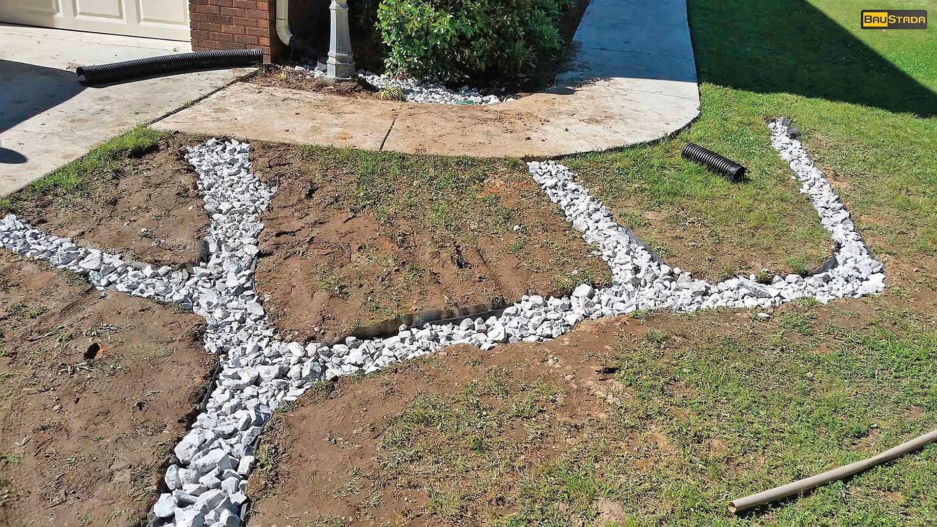 Главной причиной смерзания почвы является её насыщенность влагой, поэтому если ещё летом позаботиться об осушении участка, зимой земляные работы выполнять легче. Для этого вода с территор...