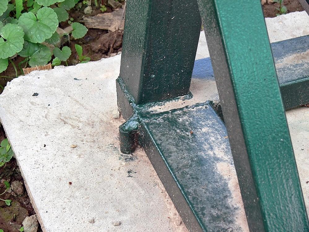 Основание каркаса приварено котрезку арматуры, вмурованному вплиту