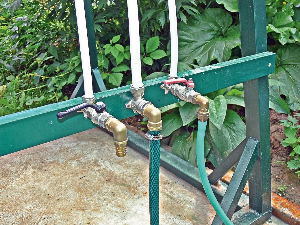 Через один штуцер вода идёт вбак, ачерез два других уходит для полива иавтомойки