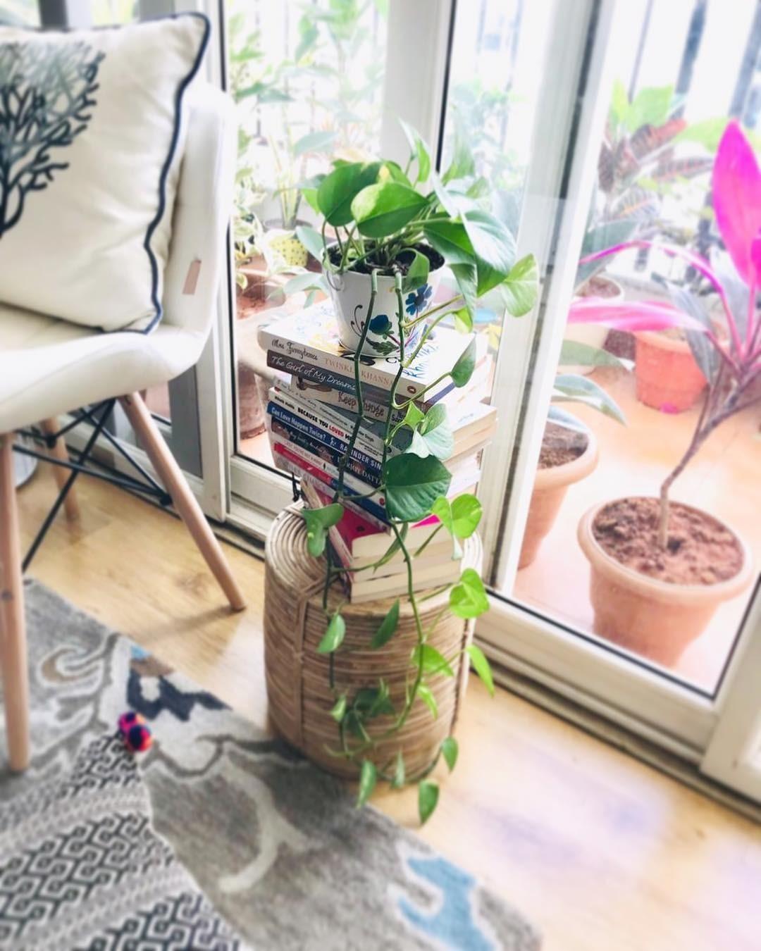 9 примеров, как можно украсить интерьер с помощью…стопки книг
