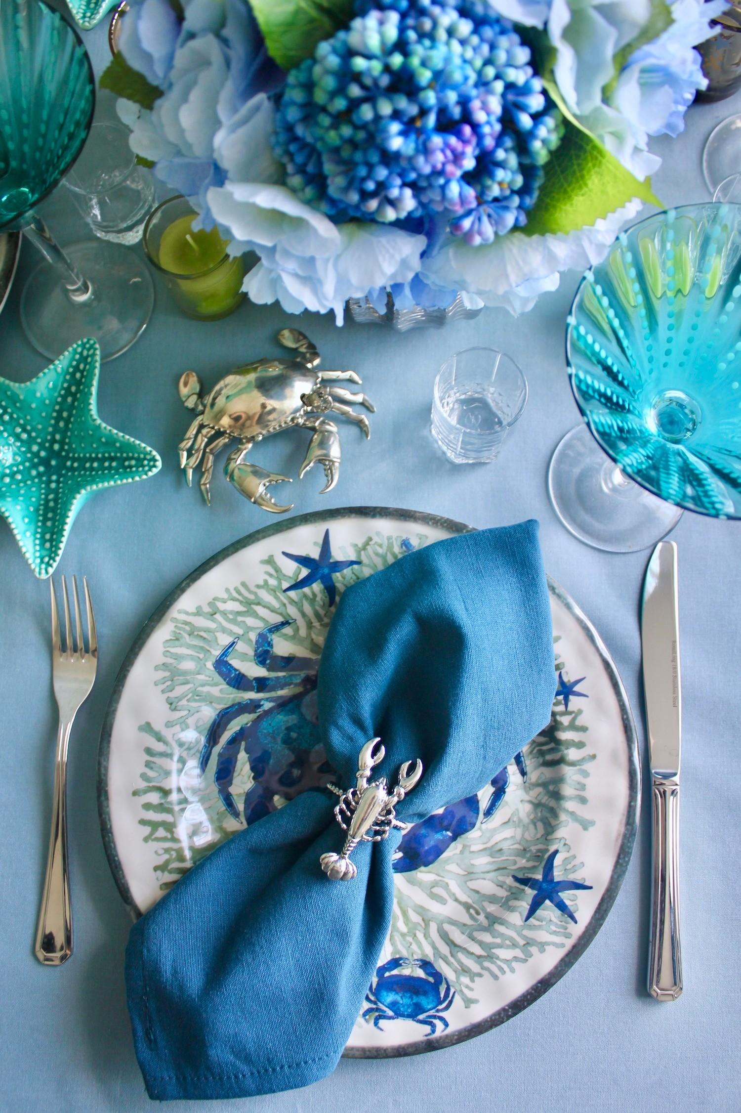 Жизнерадостный интерьер кухни-столовой: обои, люстра и фартук с летними мотивами