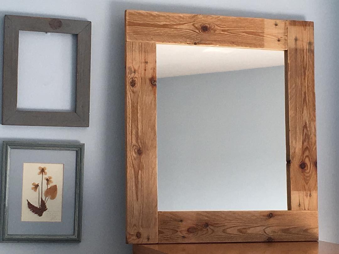 Обыкновенные деревянные доски могут стать стильной и оригинальной рамой для зеркала.