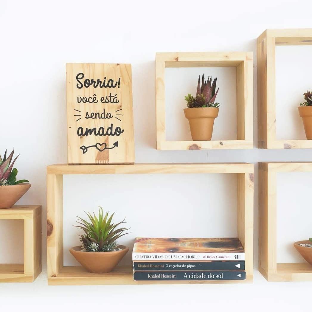 Всевозможные декоративные полки, сколоченные из деревянных досок, — практичный и экологически чистый элемент обстановки. Бонус: такой декор никогда не выйдет из моды.