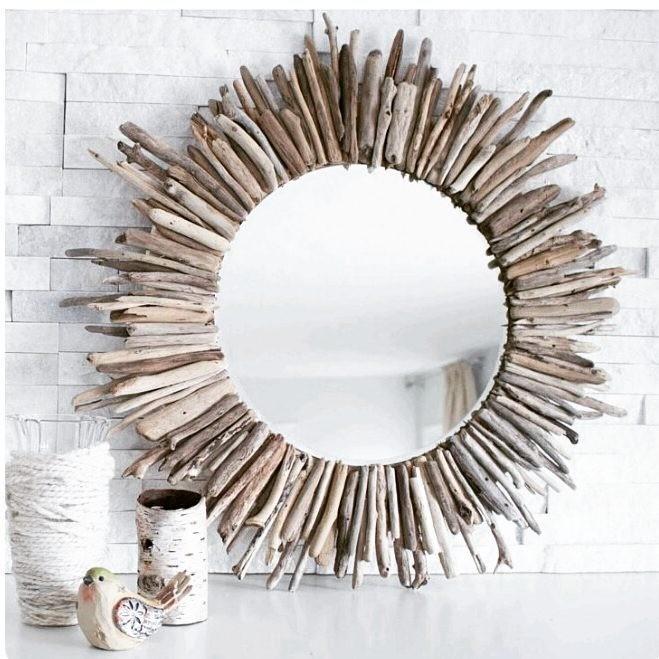 Зеркало-солнце в такой интерпретации подойдет многим современным интерьерам.