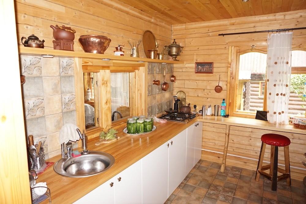 Столешница рабочего кухонного стола изклееной лиственницы. Прекрасно работает, хотя забрызгивается часто