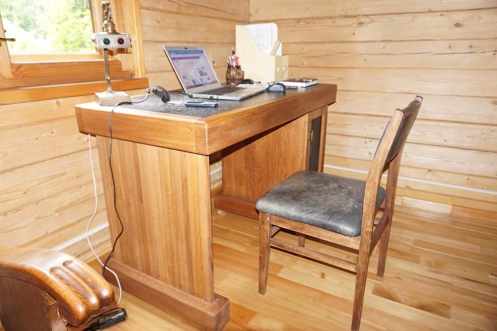 Дубовый стол из мебельных щитов вдеревянном загородном доме свлажностью воздуха 25–35%. За 7 лет эксплуатации дефектов невозникло