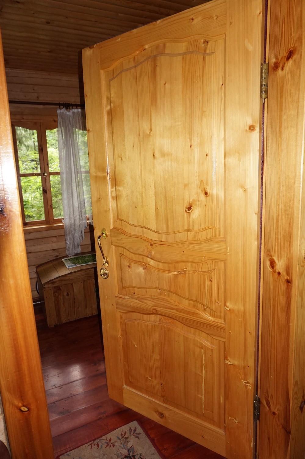 Двери с широкими клееными филенками после10 лет эксплуатации. Им всё нипо чём!