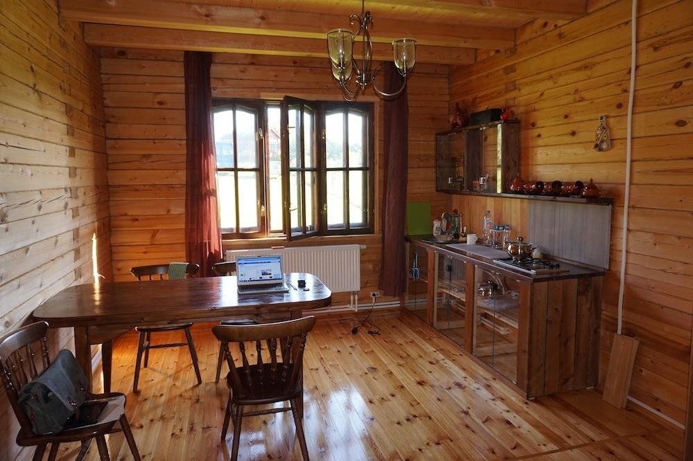 На этой кухне столешница обеденного стола и кухни изсамодельной клеёной древесины (остатки половой доски). Получилось недорого, красиво и бездефектов