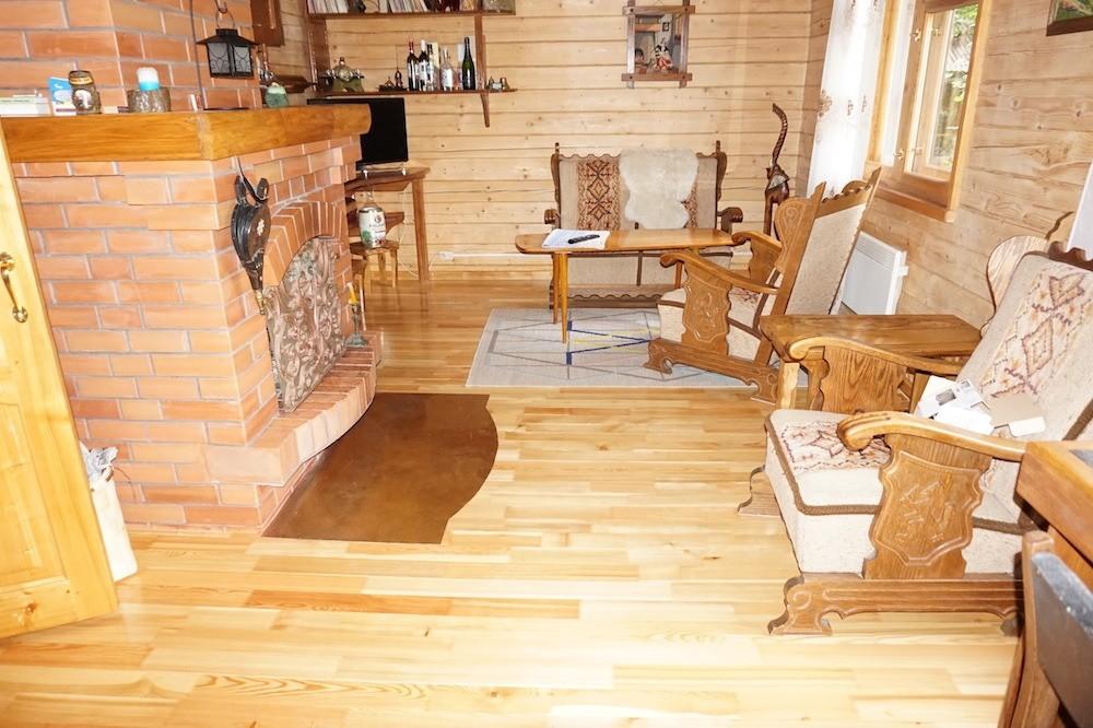 Полы изсрощенной клееной лиственничной доски прекрасно эксплуатируются в деревянном загородном доме с влажностью воздуха 25-35%
