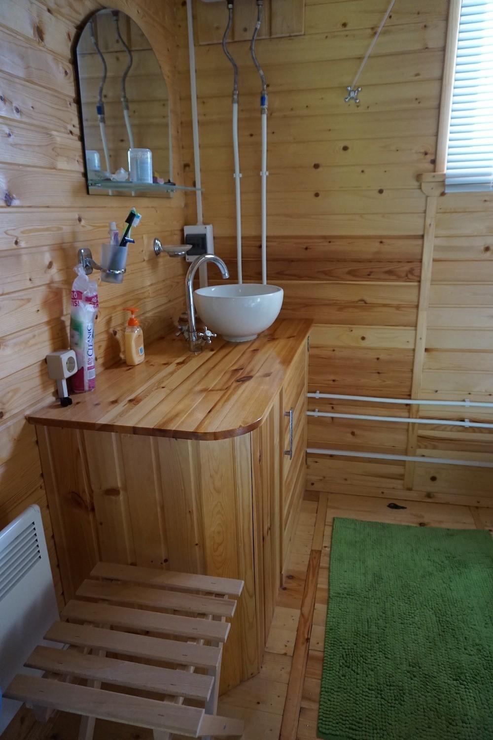 Даже в санузле столешница туалетного столика из клееной древесины служат нам верой и правдой