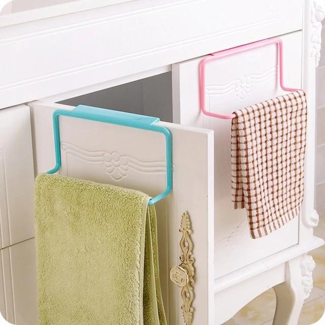 При желании вы можете разместить вешалку так, чтобы полотенце оказалось не снаружи, а внутри кухонного шкафчика.