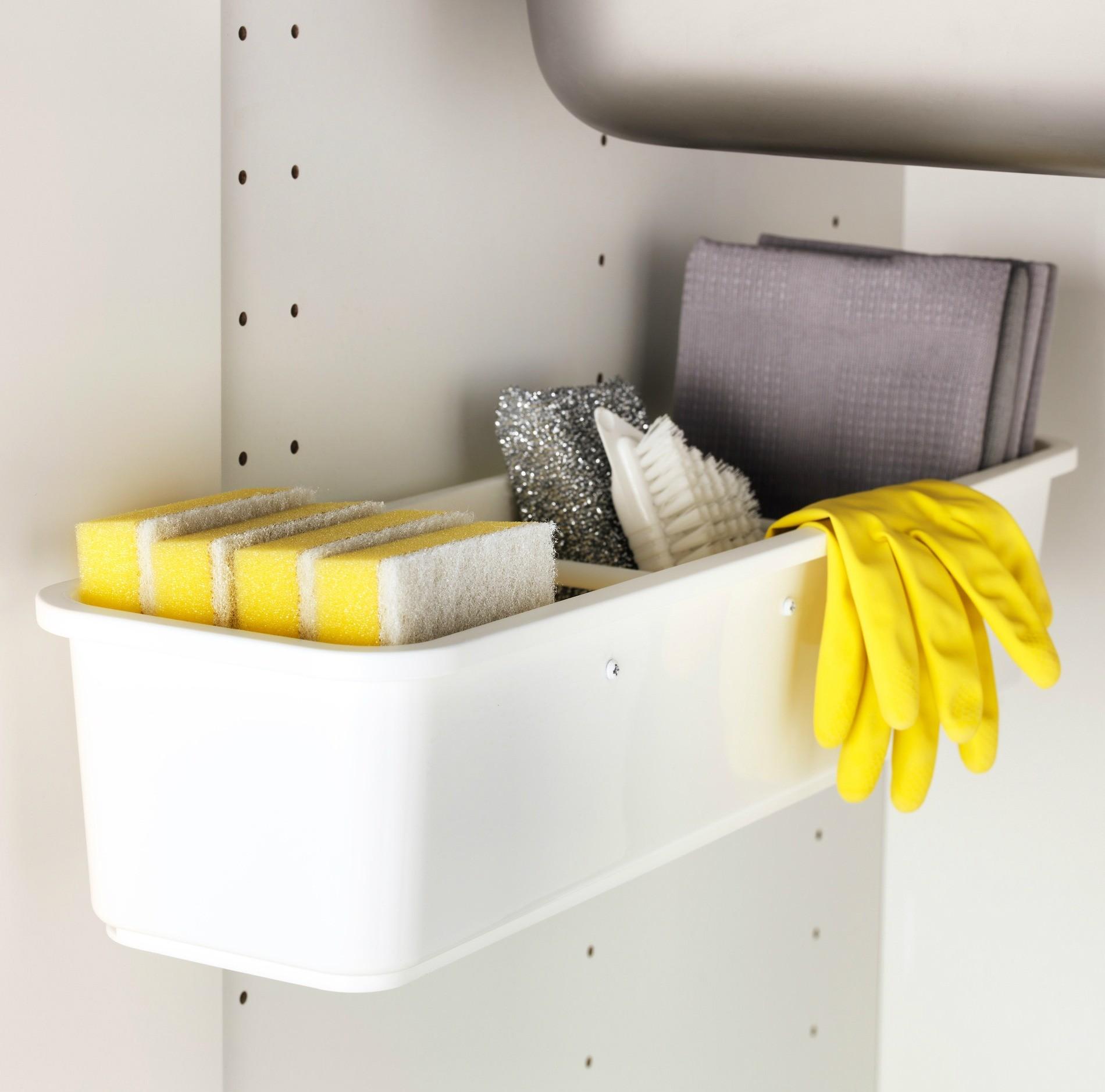 Такой мини-контейнер располагается прямо под раковиной - и при необходимости легко выдвигается, предоставляя удобный доступ к содержимому.