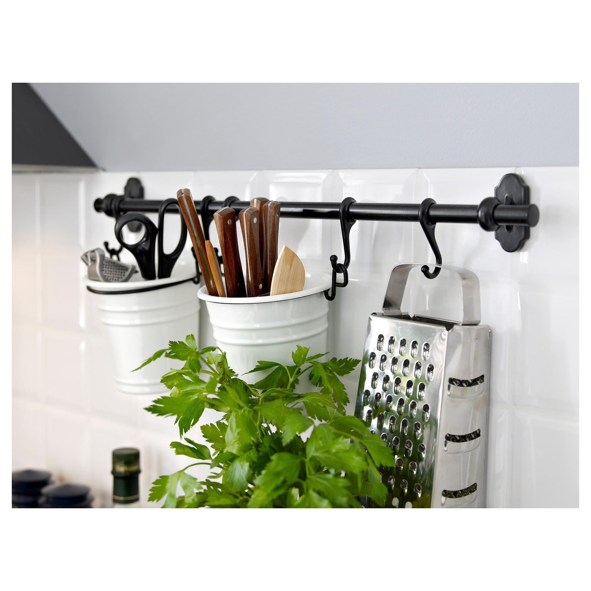 На рейлингах можно разместить все, что угодно: столовые приборы, кашпо с живой зеленью, различную утварь и многое другое.
