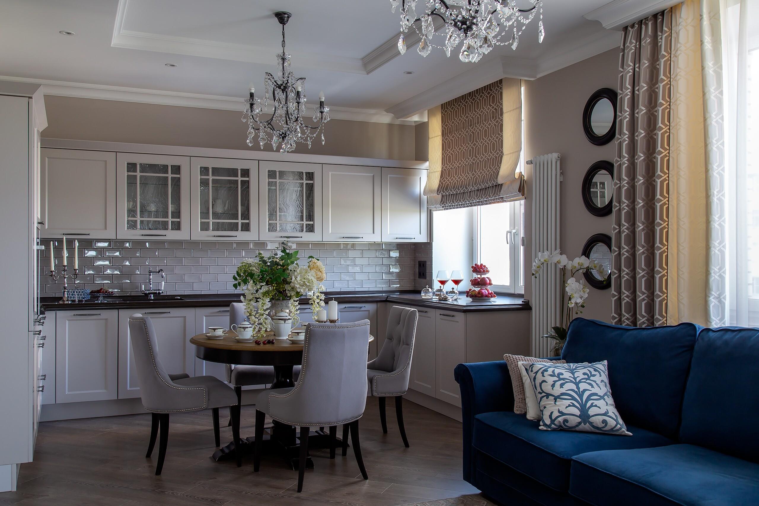 Квартира для большой семьи: современная классика в серо-белой гамме