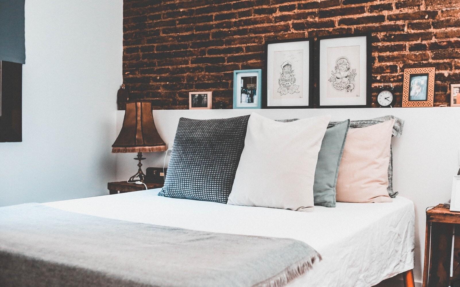 6 способов застелить кровать так, чтобы она украсила спальню