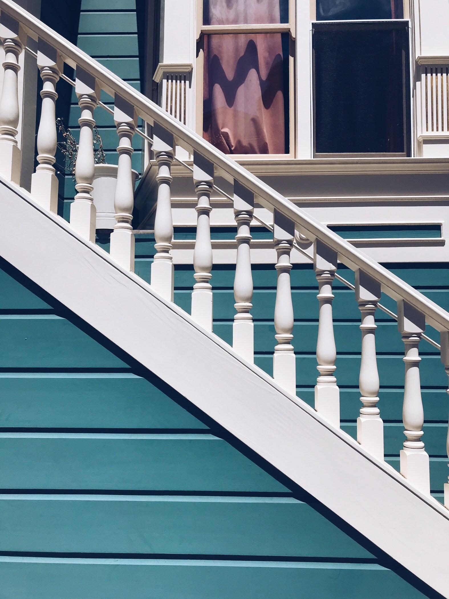 Строим лестницу для дачи: дизайн-идеи и полезные советы
