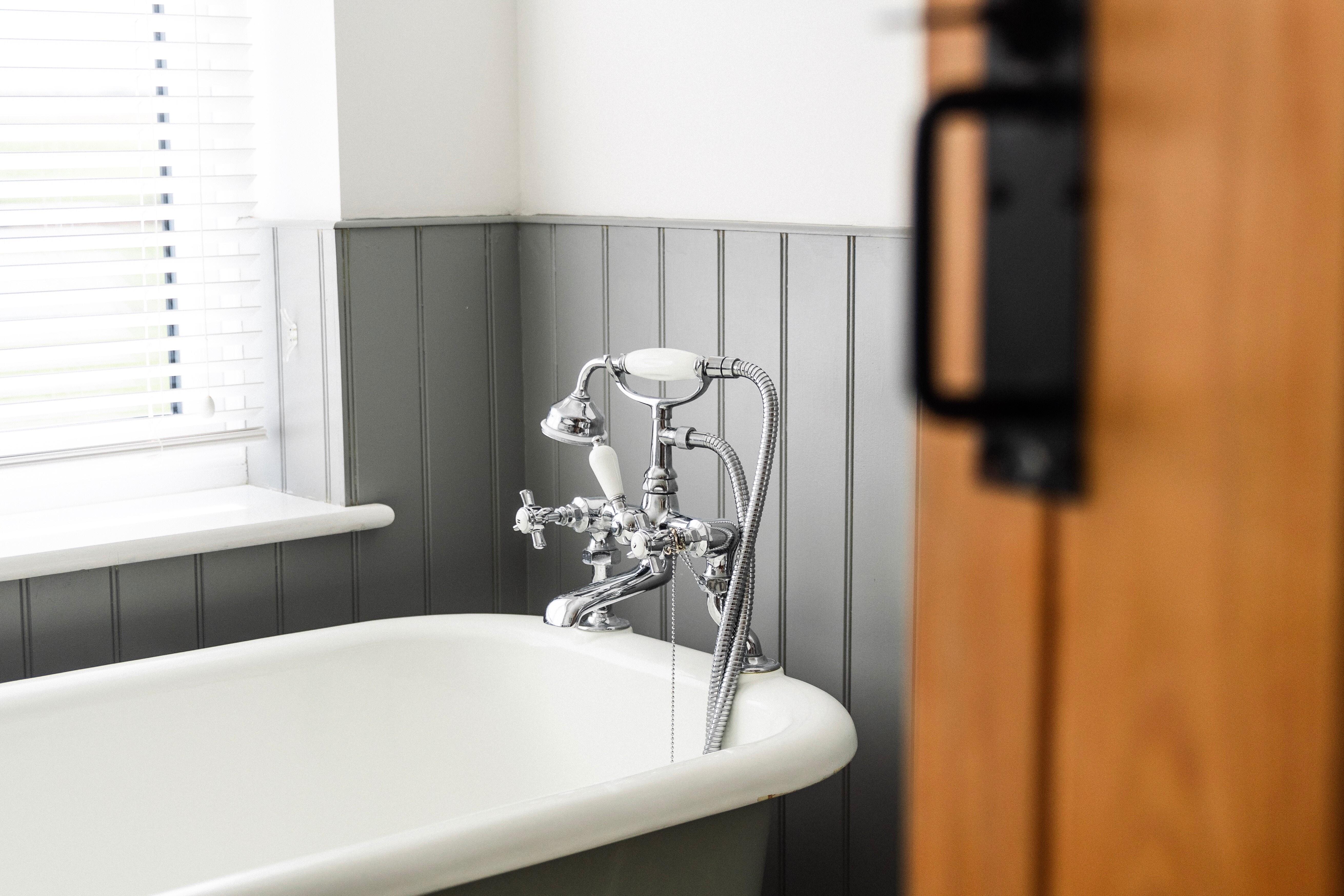 Чем можно отделать ванную, кроме плитки: 9 практичных и красивых материалов
