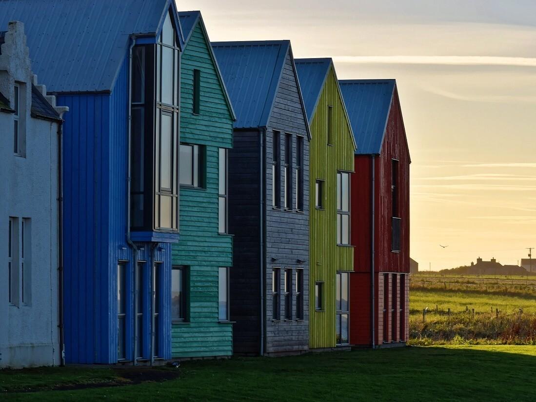 От крыши до цоколя: как и чем покрасить дом
