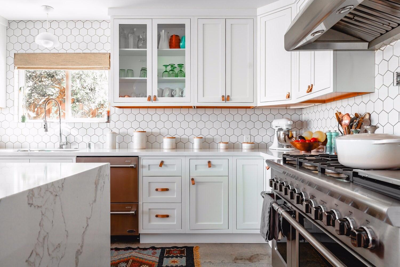Выбираем фартук для белой кухни: 5 популярных вариантов и удачные цветовые сочетания