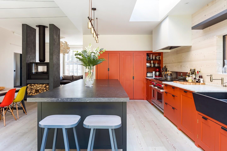 Оранжевая кухня в интерьере: разбираем плюсы, минусы и удачные цветовые сочетания