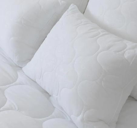 Подушка с чехлом из микрофибры с наполнителем, имитирующим пух