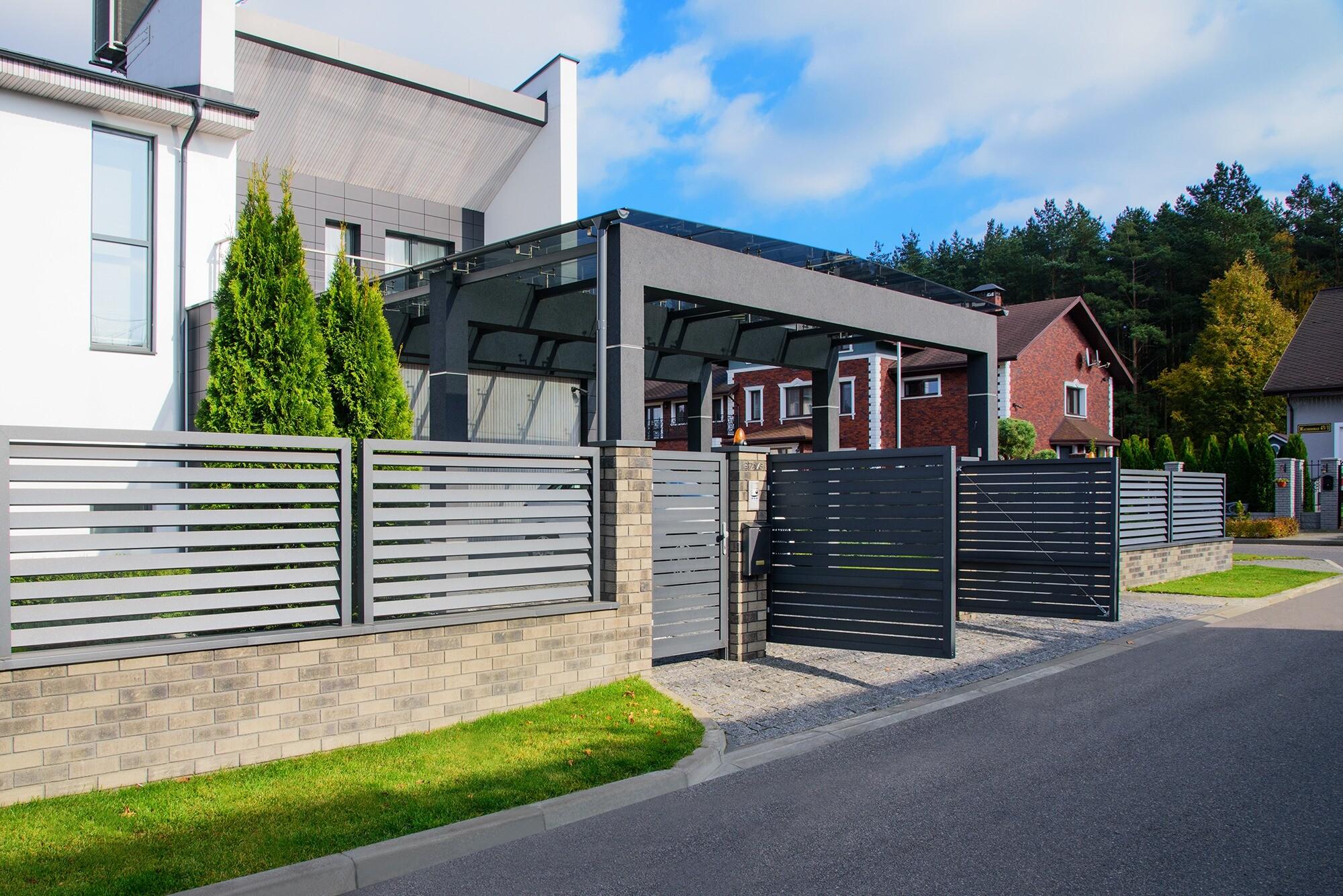 4 причины обновить въездные ворота и забор на своем загородном участке