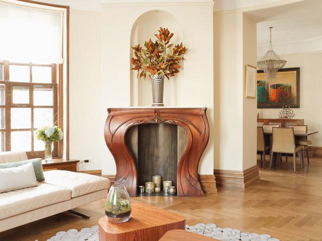 Деревянный каминный портал с резным фото