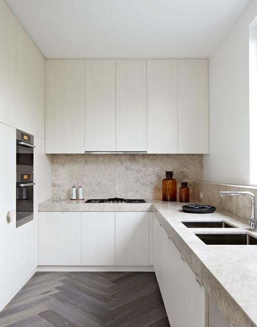 Однотонный пол в маленькой кухне