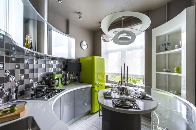 Много мебели в кухне