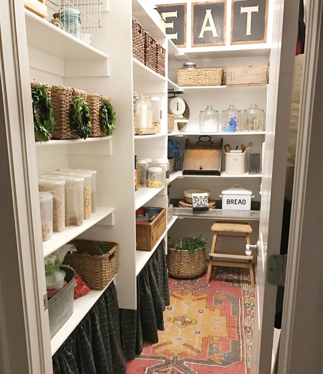красивая организация хранения фото стильной кладовой на кухне