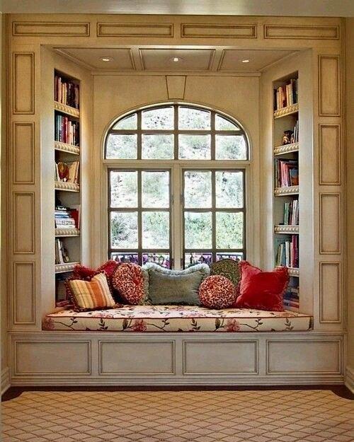 уютный уголок в маленькой квартире место для отдыха и чтения у окна подоконник диван фото