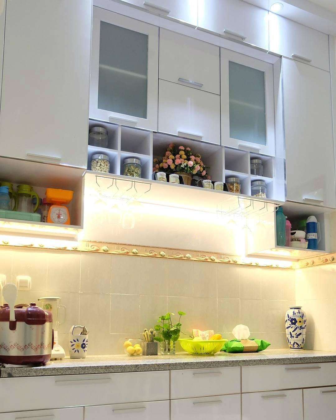 дополнительные полки для кухонного гарнитура фото идея хранение в маленькой квартире