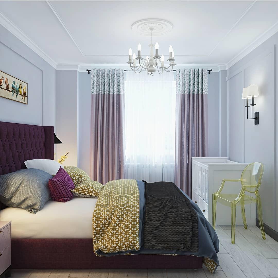 Детская кроватка напротив кровати в спальне