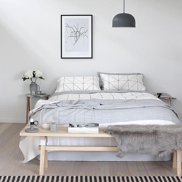 Стильный светлый интерьер спальни: фото