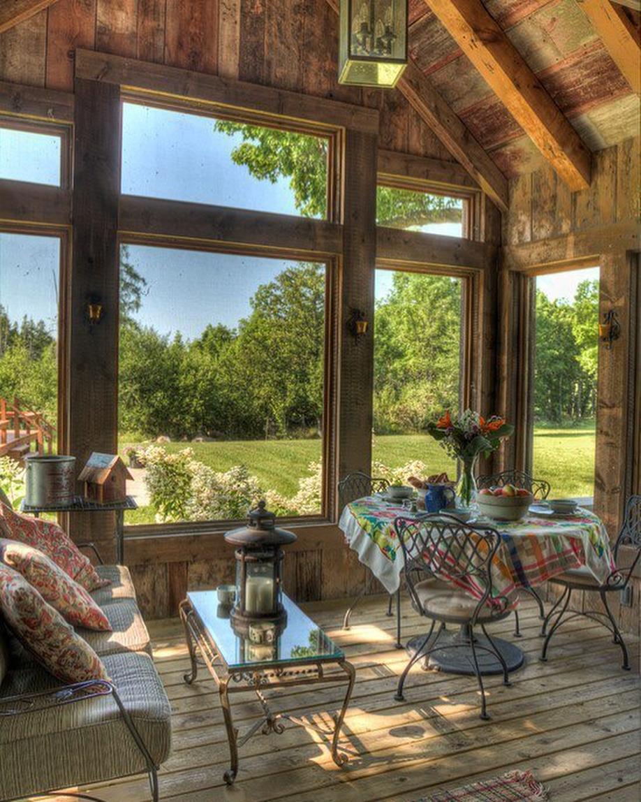 Стильная закрытая терраса у дома на даче, с окнами и стенами: фото