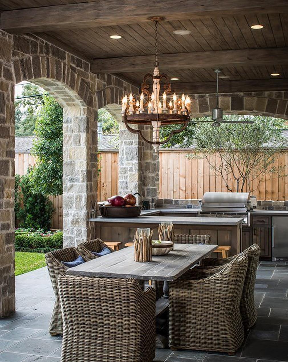 Стильная открытая терраса у дома на даче, с навесом и без стен: фото