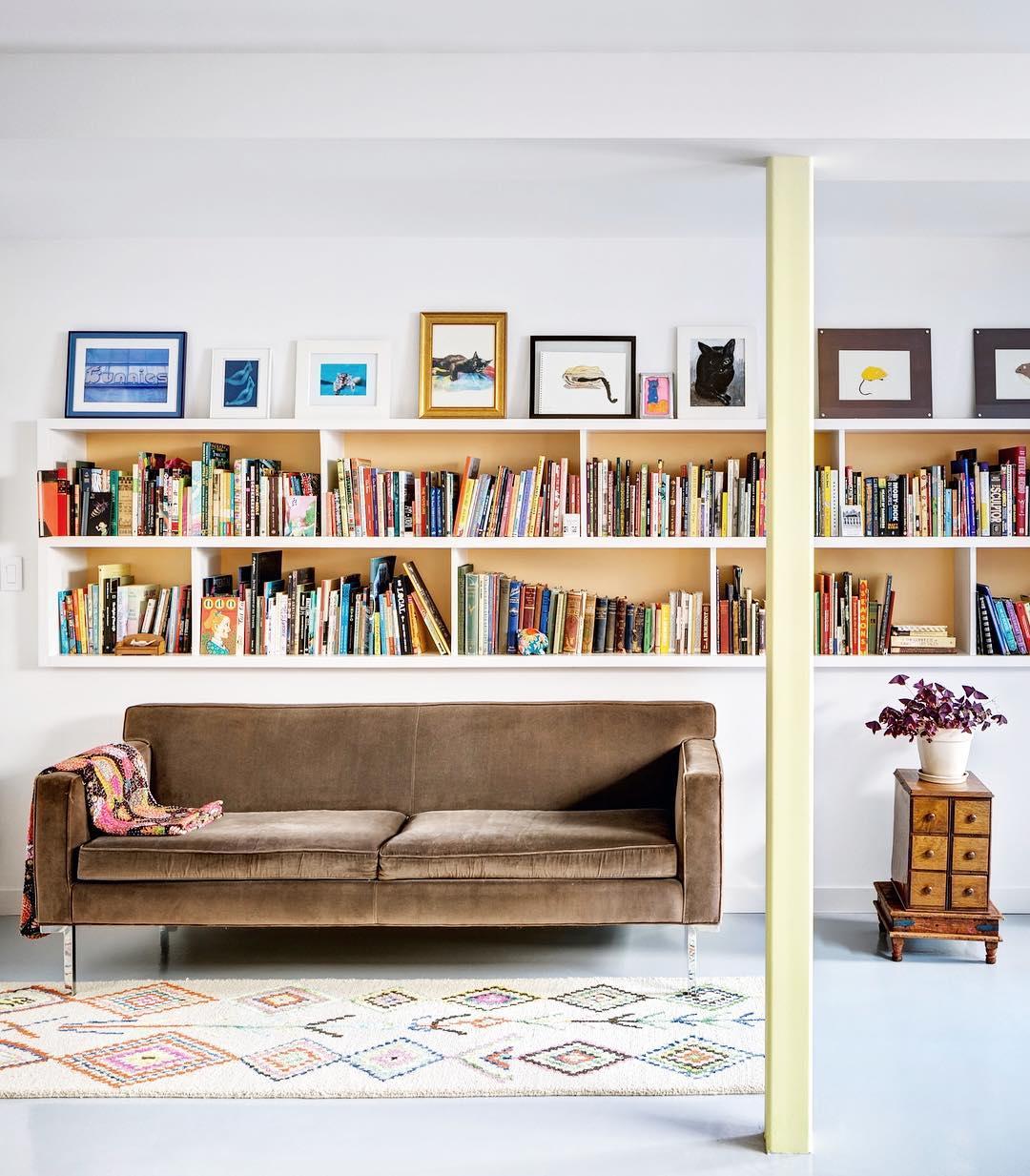 Книги на полках фото