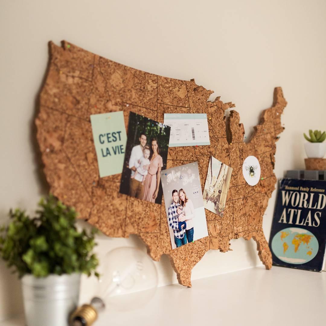 Панно-мудборд с воспоминаниями о путешествиях в интерьере: фото