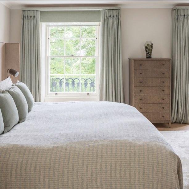 Спальня на даче в спокойных тонах: фото