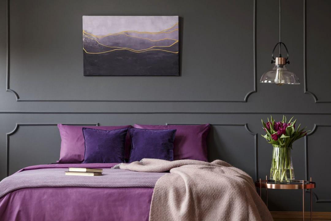 Спальня в фиолетовыми акцентами