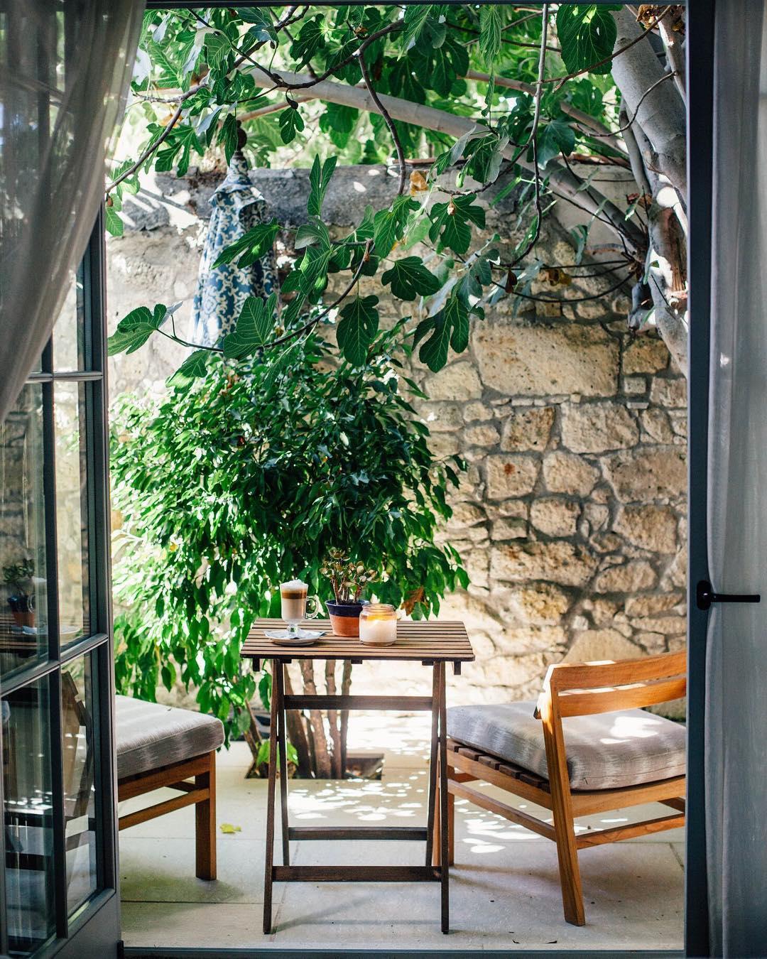 Место для завтраков в маленьком саду