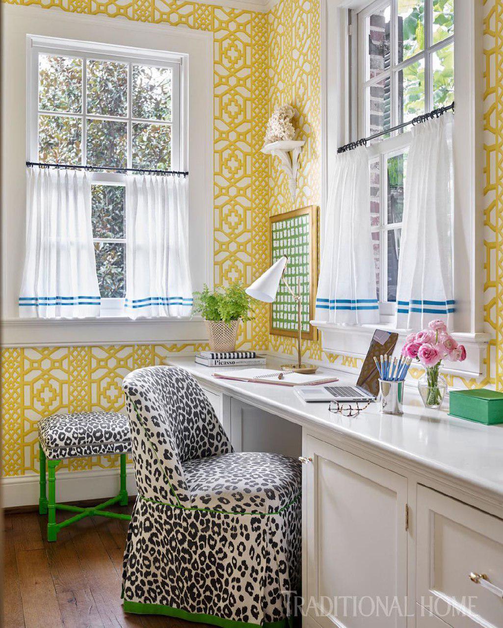 Желтые стены с орнаментом