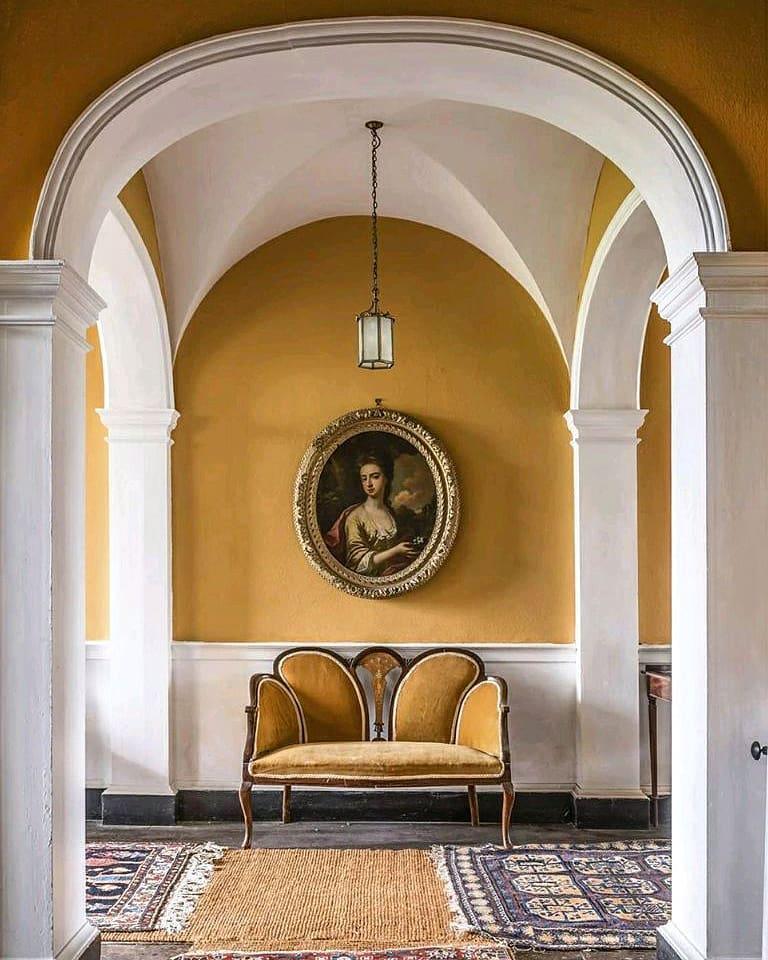 Комната в старинном классическом стиле